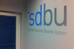 Logo mit Schabloniertechnik auf Wand übertragen