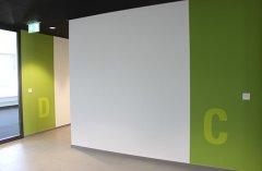 Buchstaben auf Wand gespritzt