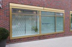 Fenster mit Sichtschutzfolie und Beschriftung