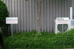 Parkplatzschild mit Stütze um diese ins Erdreich zu stecken