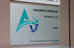 gebürstetes Aluminiumschild mit Systemtext an Wand geklebt