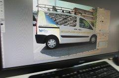 oder das Layout wird auf einem Foto des Fahrzeugs umgesetzt