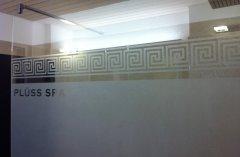 Glasdecor als Gestaltungselement für eine Duschwand
