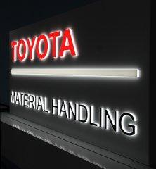 Aluminium Blende dekupiert mit eingesetzter Plexi-Leuchtschrift und LED-Ausleuchtung
