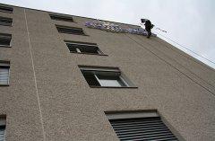 Fassadenkletterer führen Reparaturarbeiten aus